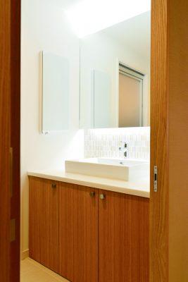 間接照明が大活躍!まるでホテルのような洗面台に。