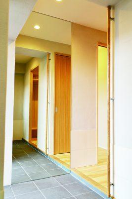 鏡の効果が際立つ広々玄関